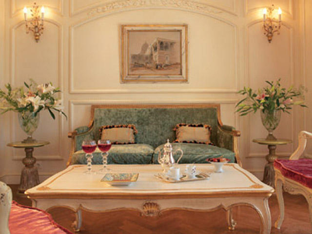 King George Palace - Acropolis Deluxe Guestroomd Living Room