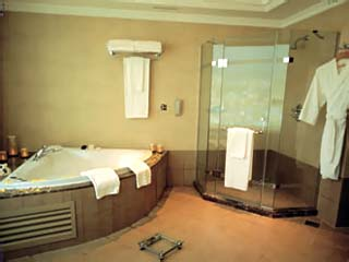 Habtoor Grand Hotel Convention Center & SpaRoyal Suite Bathroom