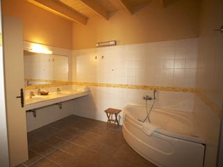 Domaine Helios Suites by Semeli - Orange Suite Bathroom