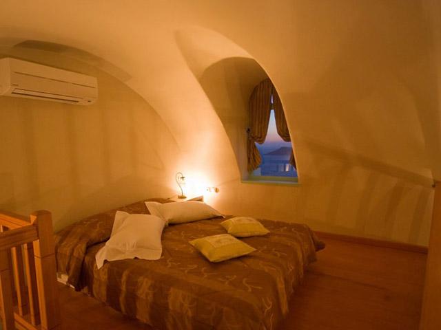 Santorini Luxury Villas - Honeymoon Luxury Villa- bedroom