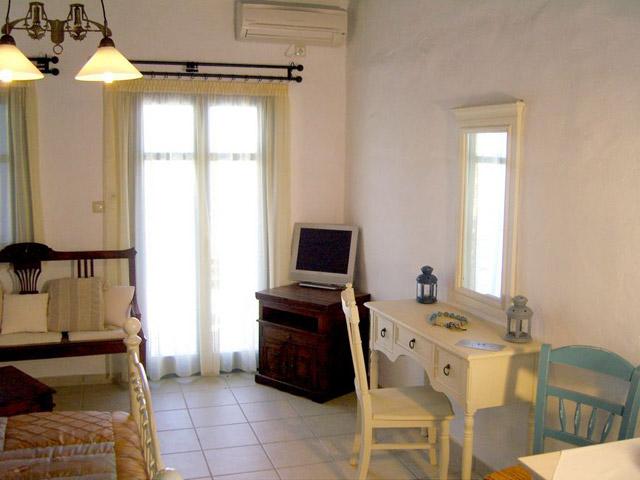Tholaria Boutique Resort - Studio Imerovigli-Living Room