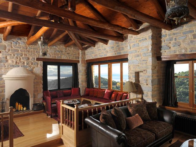 Sakali Mansion - Sitting area with fireplace