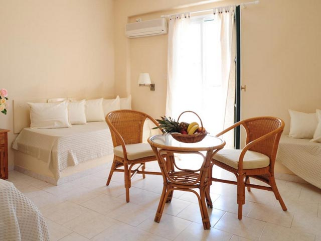 Holiday Sun Hotel - Living Room
