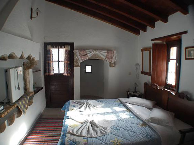 Goulas Traditional Hotel Apartments - Bedroom